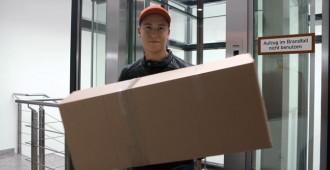 Ein Paketbote entpuppt sich schnell als brutaler Räuber (Szenenfoto).