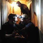 Szenenfoto: Die Gangster graben sich zur Bank vor.