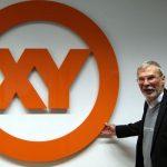Peter Hohl und das neue XY-Emblem.