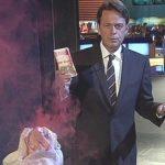 Rudi Cerne, aktueller XY-Moderator, im Farbnebel gegen Bankräuber