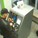 Bastler in der Bank: Geldautomat wird umgebaut.