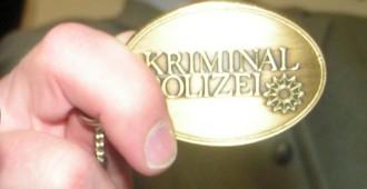 """Neben einem Ausweis verfügt die Kripo auch über solche Dienstmarken - auf der Vorderseite mit Schriftzug """"Kriminalpolizei"""" und Polizeistern. Auf der Rückseite sind Landeswappen und Dienstnummer eingraviert."""