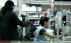 Szenenfoto aus XY: Die Täterin bedroht die Kassiererin und erbeutet die Tageseinnahmen des Supermarkts.