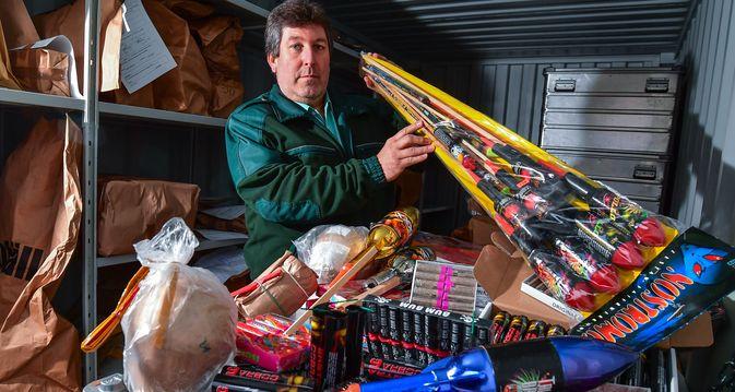 Zollamtmann Detlef Ungibauer vom Hauptzollamt Frankfurt (Oder) zeigt einen kleinen Teil des bisher beschlagnahmten Silvester-Feuerwerks aus Polen. In einem speziellen Container lagern einige hundert Kilogramm Silvester-Feuerwerk, das in Deutschland verboten ist.