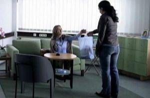 Die Kleidung des Opfers geht zur Spurensicherung (XY-Szene).